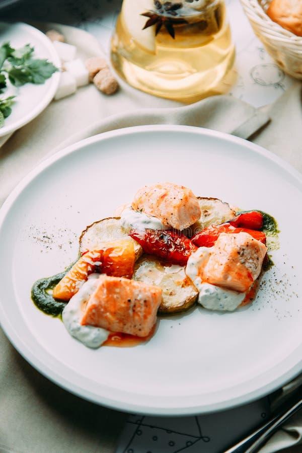 Filete de los pescados cocinados en la parrilla imagen de archivo libre de regalías