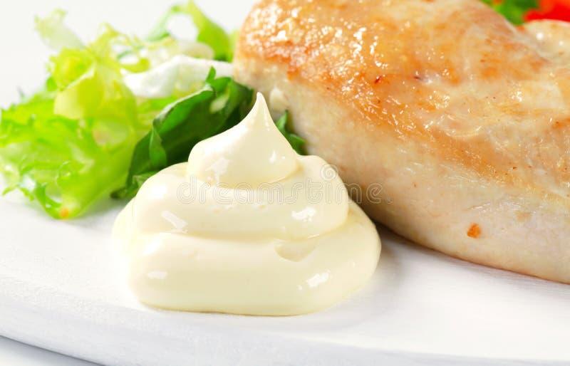 Filete de pecho de pollo con mayonesa foto de archivo libre de regalías