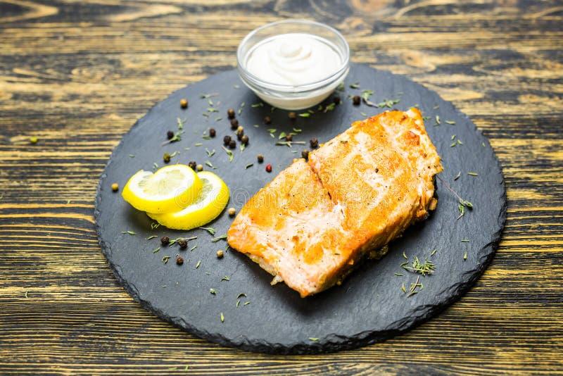 Filete de pescados asado a la parilla imagenes de archivo
