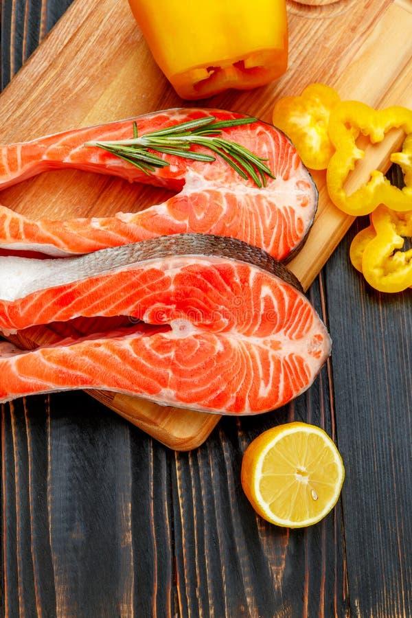 Filete de pescados rojo de color salmón crudo fresco imagen de archivo