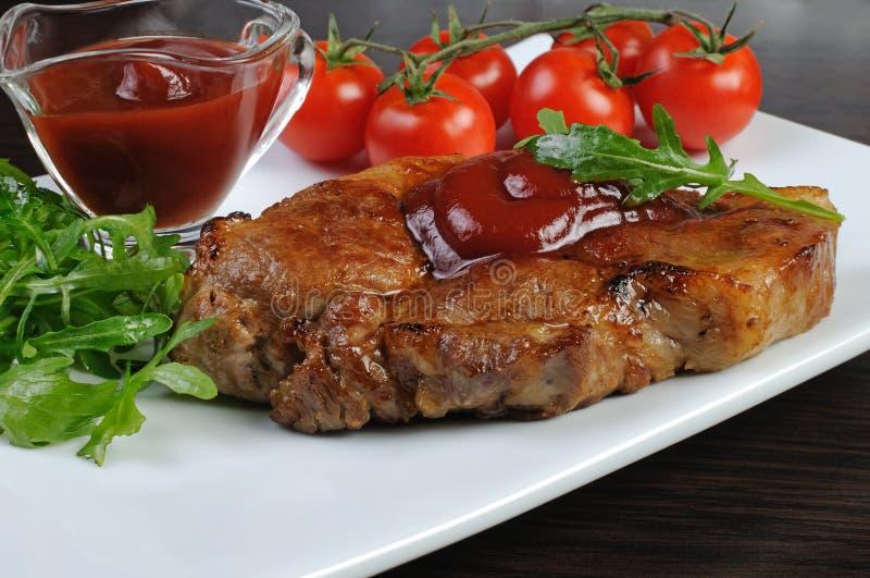 Filete del cerdo con la salsa de tomate fotos de archivo