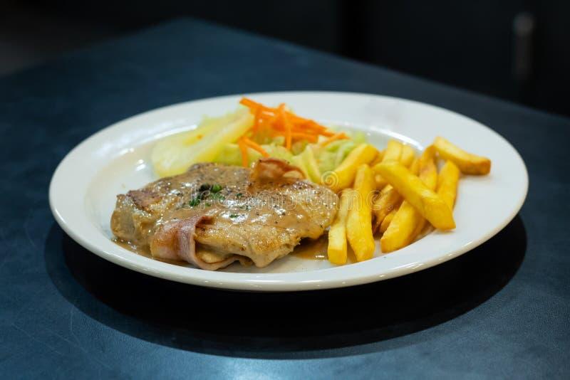 Filete del pollo con las patatas fritas y la ensalada fotografía de archivo libre de regalías