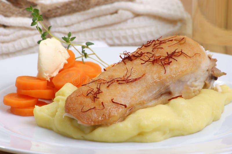 Filete del pollo en la patata de puré orgánica imagen de archivo libre de regalías