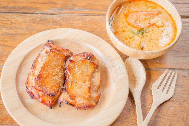 Filete del pollo y sopa picante en la tabla de madera imágenes de archivo libres de regalías
