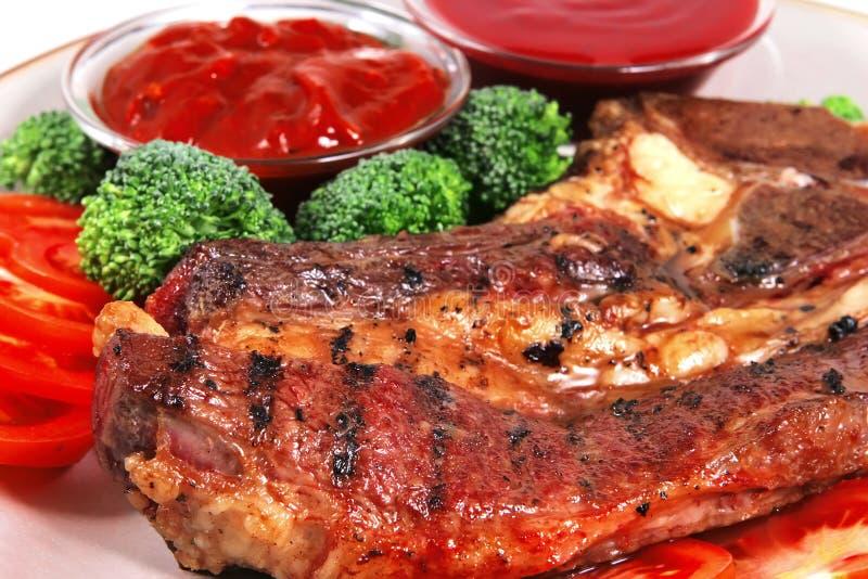 Filete gordo jugoso de la carne asada y salsas calientes fotografía de archivo libre de regalías