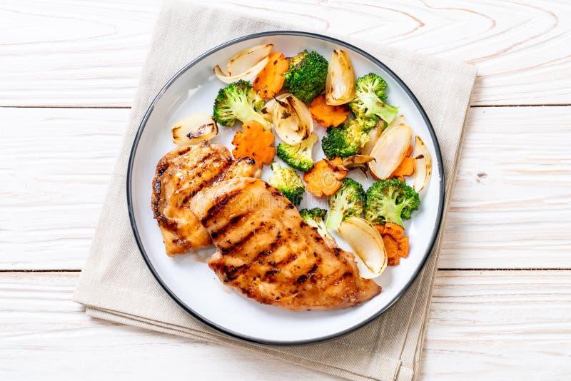 filete griled de la pechuga de pollo con la verdura imagenes de archivo