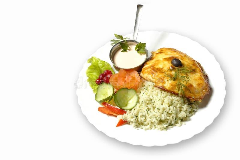 Filete Sobre-Cocido al horno con arroz y ensalada foto de archivo