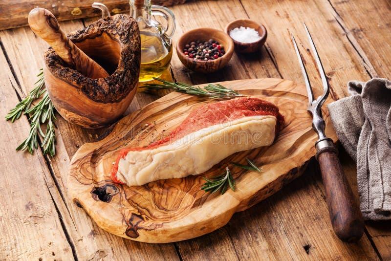 Filete y condimento de Striploin de la carne cruda fotografía de archivo