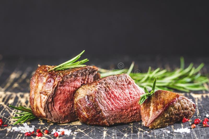 Filete y verduras asados a la parrilla sanos de carne de vaca del hecho con las patatas asadas imágenes de archivo libres de regalías
