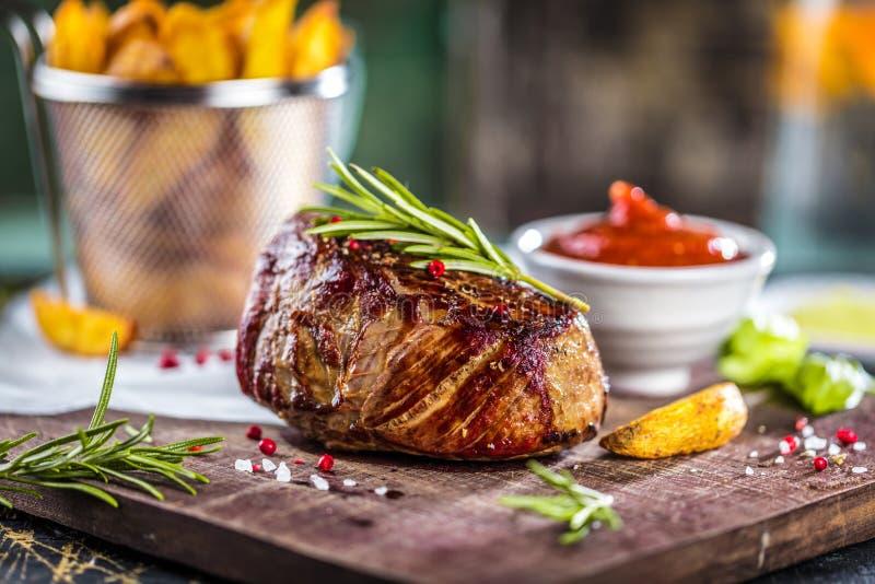 Filete y verduras asados a la parrilla sanos de carne de vaca del hecho con las patatas asadas fotos de archivo libres de regalías