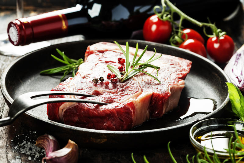 Filete y vino crudos de carne de vaca fotografía de archivo