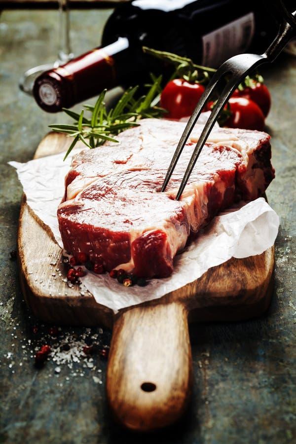 Filete y vino crudos de carne de vaca foto de archivo libre de regalías