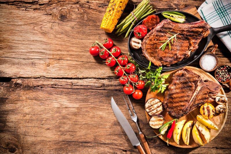 Filetes de carne de vaca con las verduras asadas a la parrilla foto de archivo