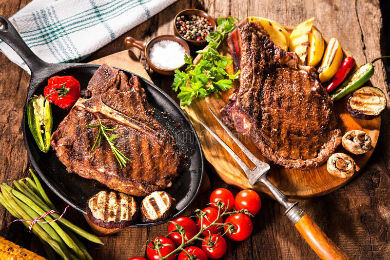 Filetes de carne de vaca con las verduras asadas a la parrilla imagenes de archivo
