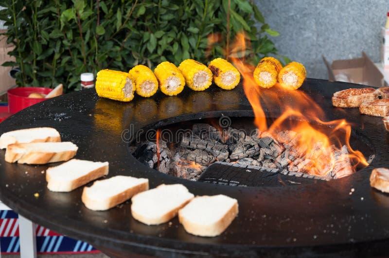 Download Filetes De Carne De Vaca Deliciosos En La Parrilla Con Las Llamas Imagen de archivo - Imagen de condimentación, barbacoa: 100532937