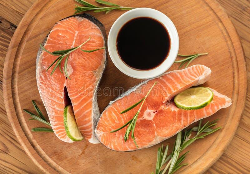 Filetes de los salmones rojos de los pescados imagenes de archivo