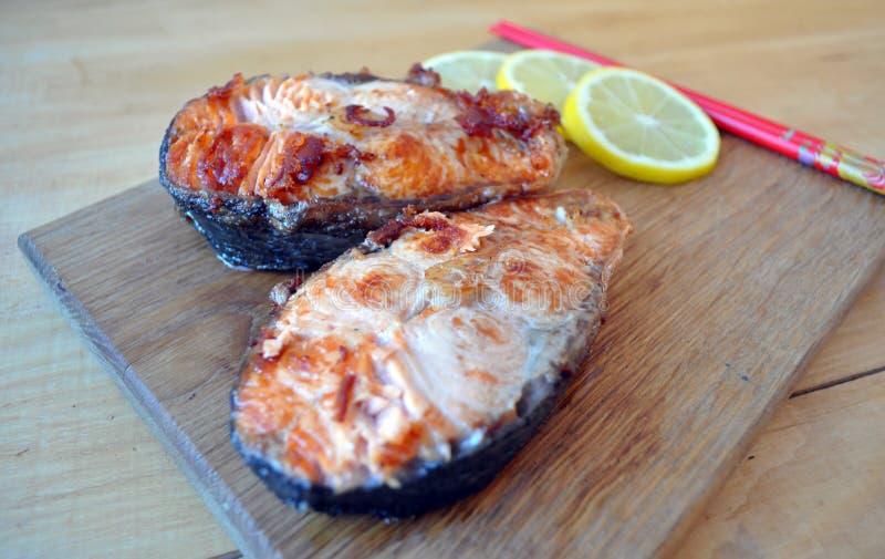 Filetes de pescados rojos con el limón y la salsa imágenes de archivo libres de regalías