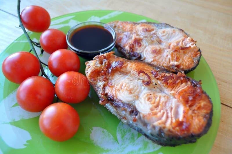 Filetes de pescados rojos con el limón y la salsa fotografía de archivo