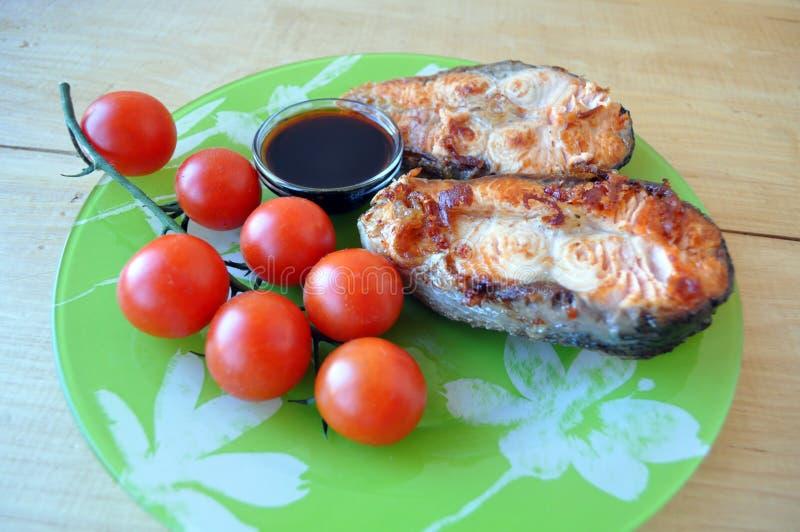 Filetes de pescados rojos con el limón y la salsa imagen de archivo