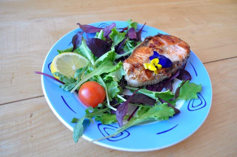 Filetes de pescados rojos con el limón y la salsa fotos de archivo libres de regalías