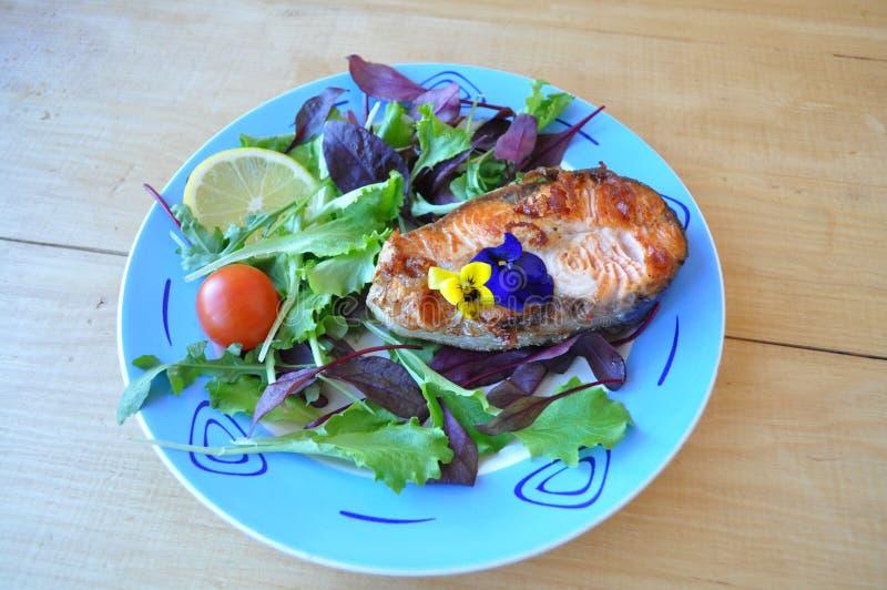 Filetes de pescados rojos con el limón y la salsa fotografía de archivo libre de regalías