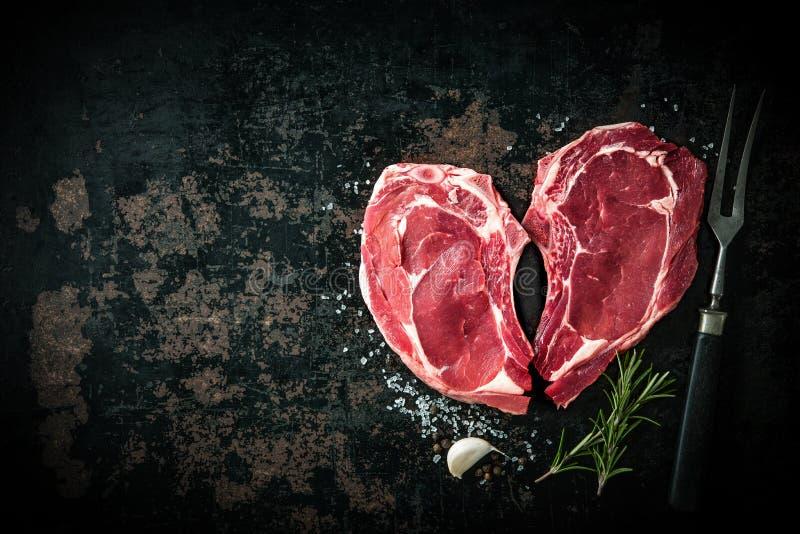 Filetes frescos crudos de la carne de la ternera de la forma del corazón imagen de archivo