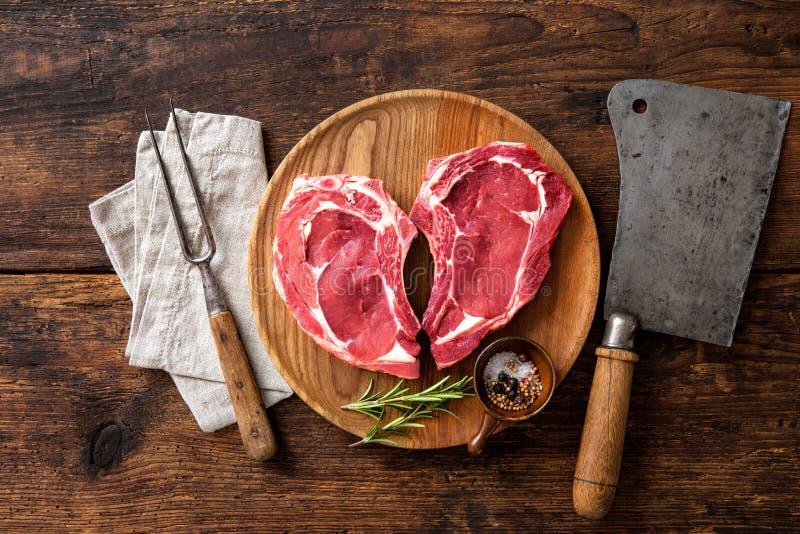 Filetes frescos crudos de la carne de la ternera de la forma del corazón foto de archivo