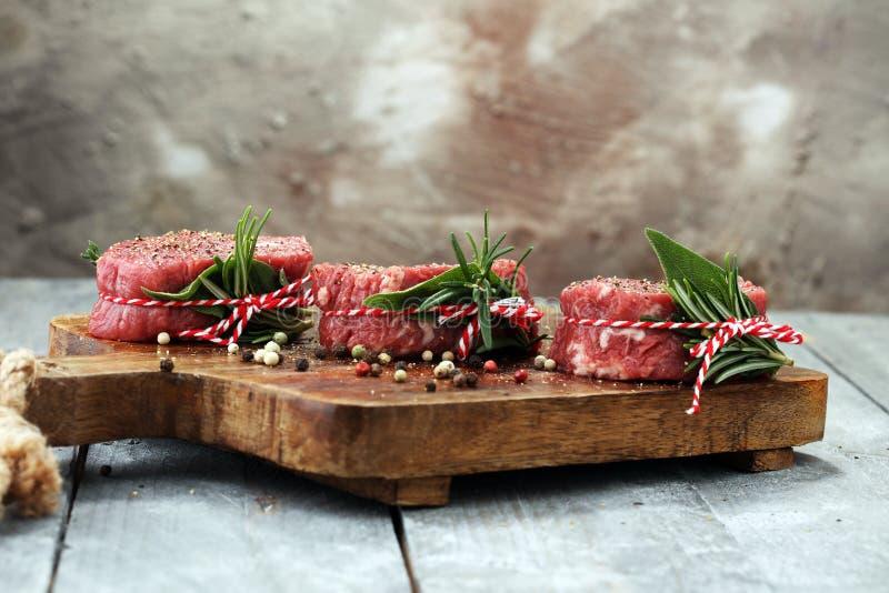 Filets crus de boeuf avec des épices pour griller de BBQ image stock
