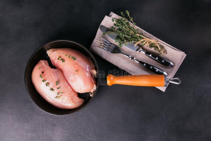 Filets crus de poulet avec des épices et des herbes photo libre de droits