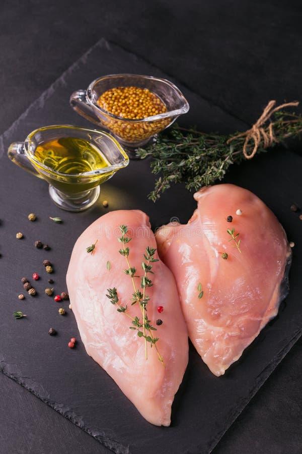 Filets crus de poulet avec des épices et des herbes photographie stock libre de droits