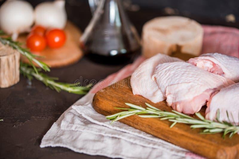 Filets crus de supremes de blanc de poulet avec des piments, des grains de poivre et le thym Avec l'asperge et les tomates pour l photo libre de droits