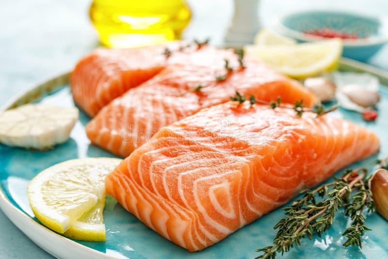 Filets crus frais saumonés ou de truite avec des ingrédients photos libres de droits