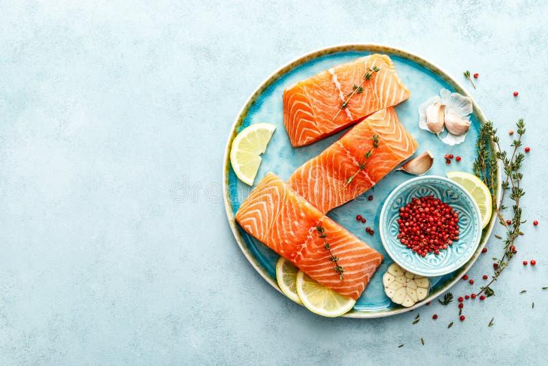 Filets crus frais saumonés ou de truite avec des ingrédients images libres de droits