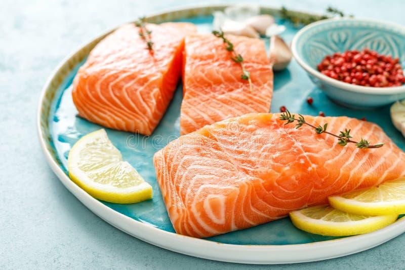 Filets crus frais saumonés ou de truite photographie stock