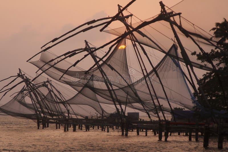 Filets de pêche chinois au crépuscule photographie stock libre de droits