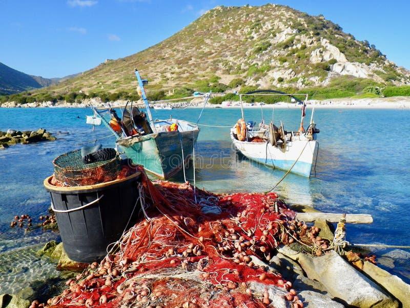 Filets de pêche et bateaux en mer Méditerranée image libre de droits