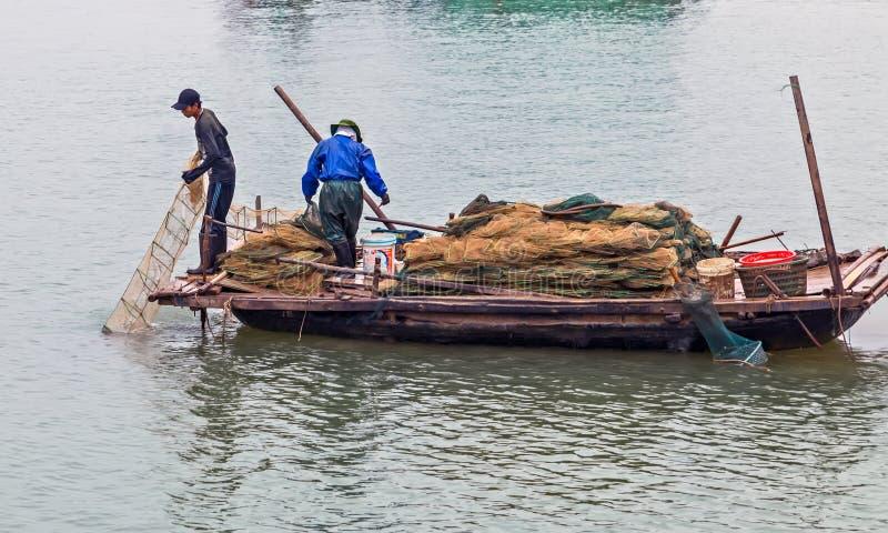 Filets de pièges de poissons de poulpe de touristes de homard et de crabe dans la baie vietnamienne traditionnelle de Halong de b photos stock