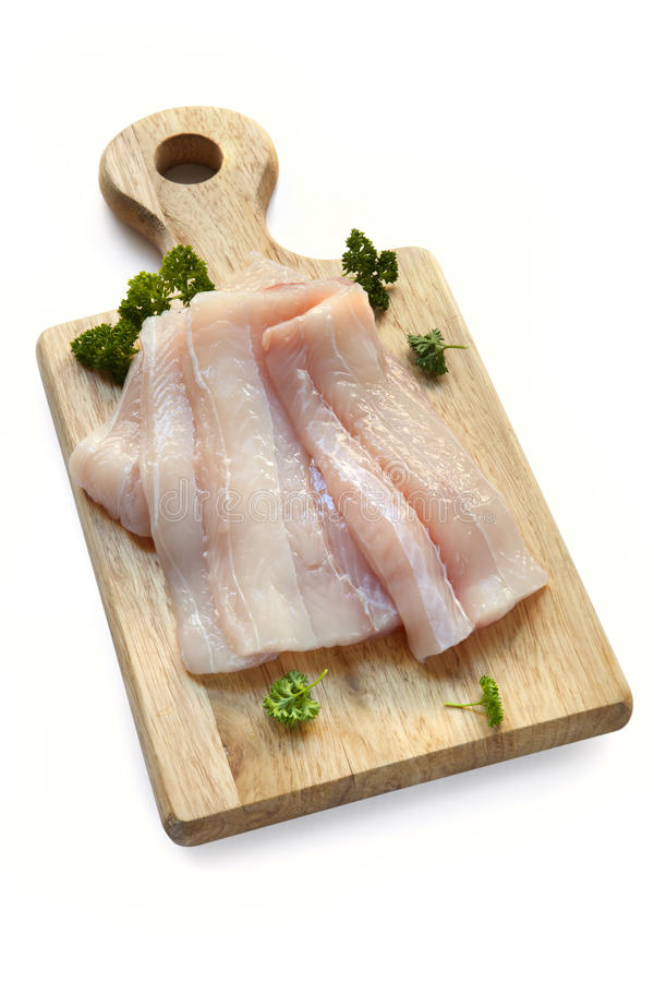 Filets de poissons crus à bord au-dessus de blanc images libres de droits