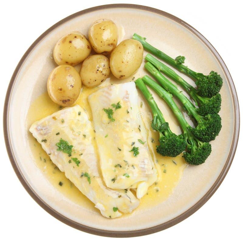 Filets et légumes de poissons cuits au four d'aiglefins photos stock
