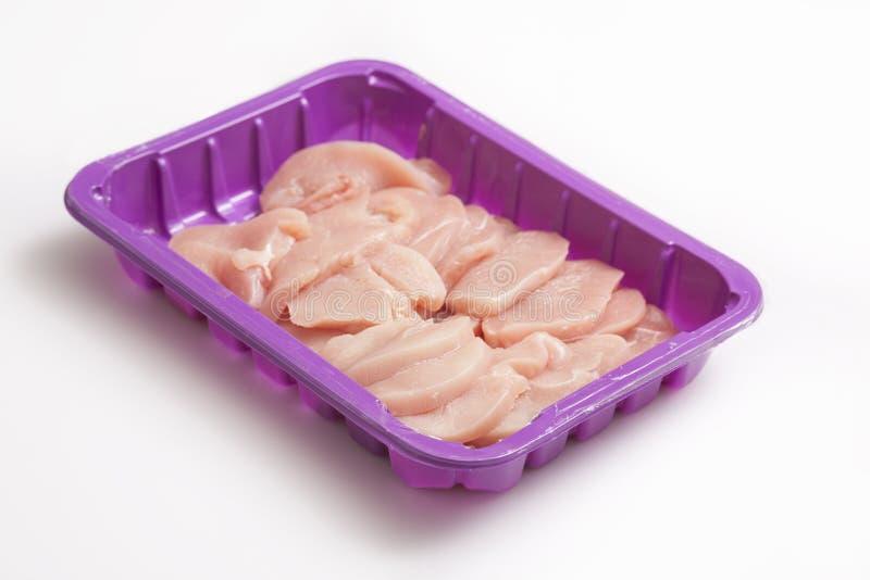 Filets frais de jambe de dinde sur un plateau en plastique pourpre de viande images stock