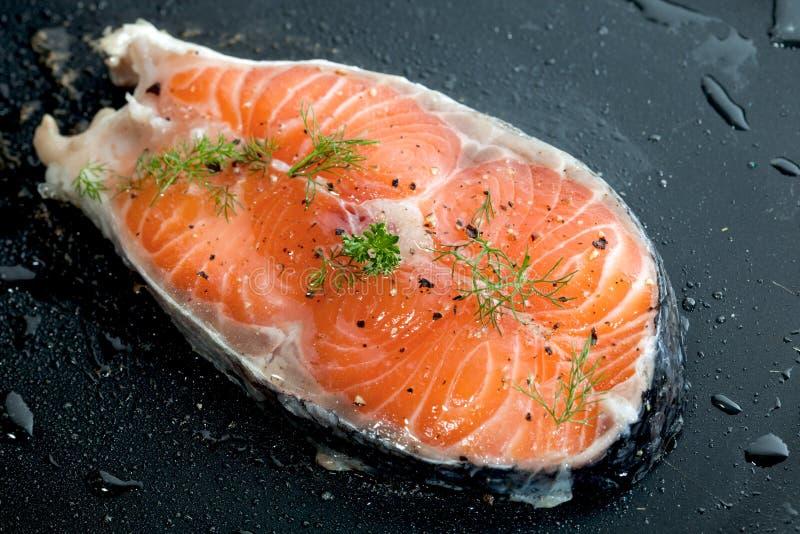 Filets saumonés crus photo libre de droits