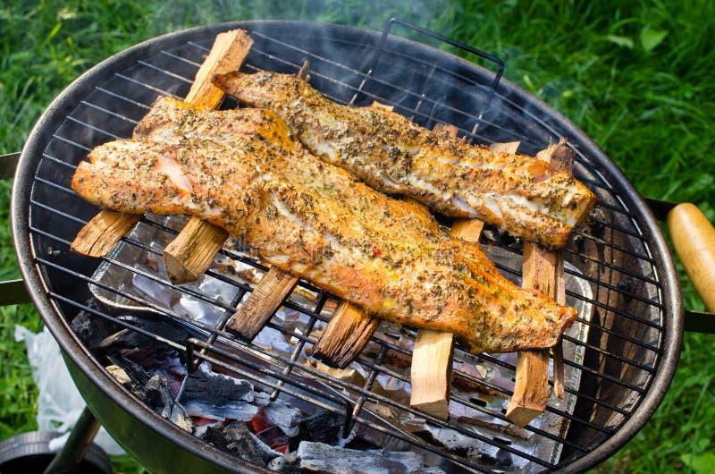 Filets saumonés fumés sur le BBQ images stock