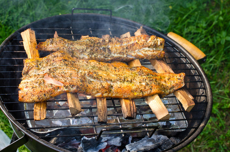 Filets saumonés fumés sur le BBQ image stock