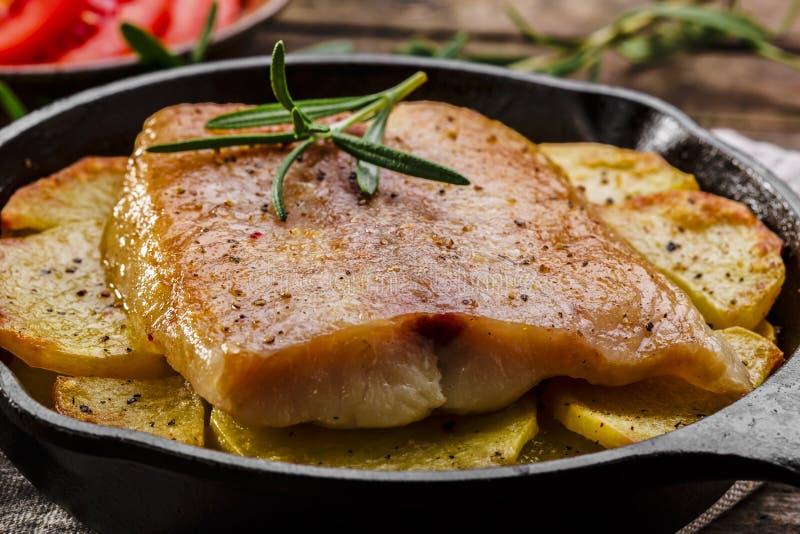 Filetti di pesce al forno con le patate immagine stock