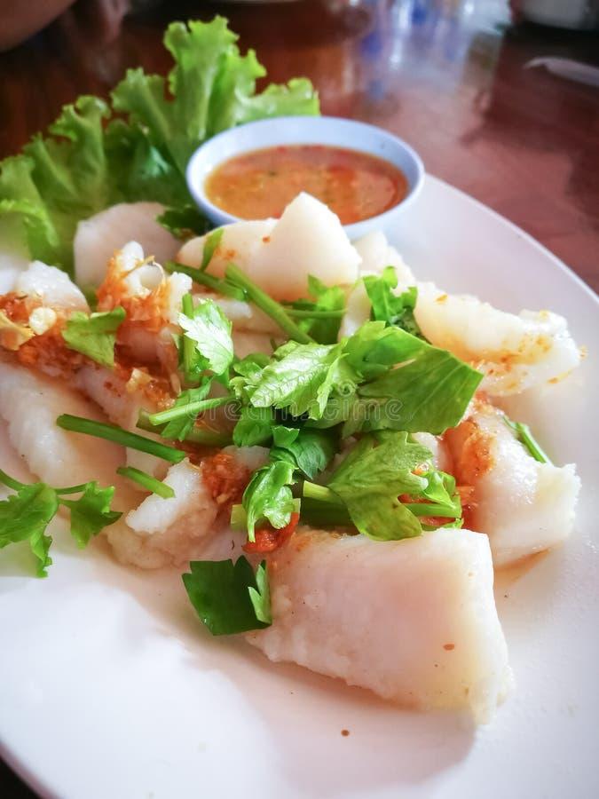 Filetti di pesce al forno con salsa fotografia stock libera da diritti