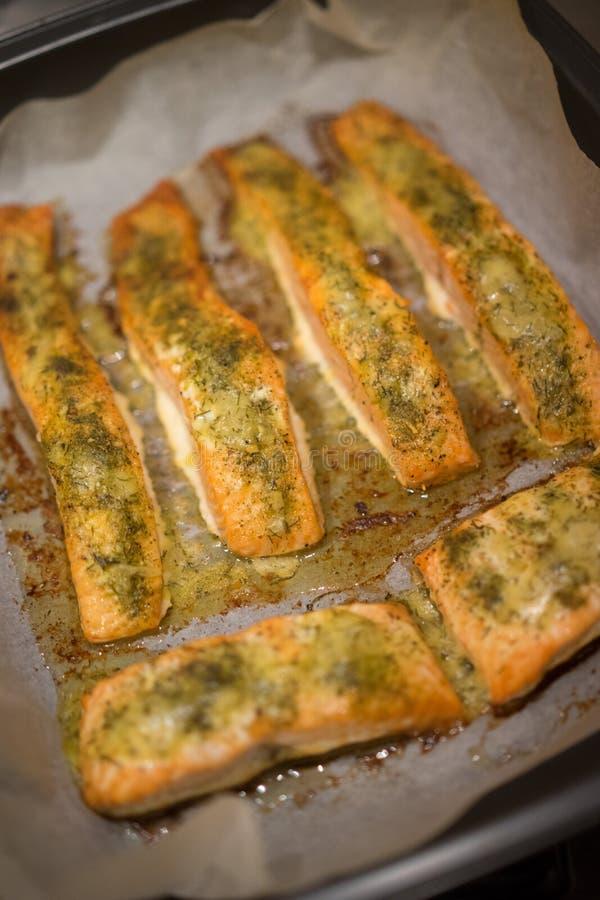 Filetti di pesce al forno in una pentola del forno fotografia stock