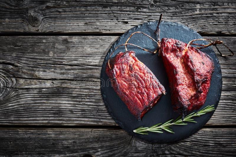 Filetto affumicato della carne del barbecue su un vassoio di pietra fotografia stock libera da diritti