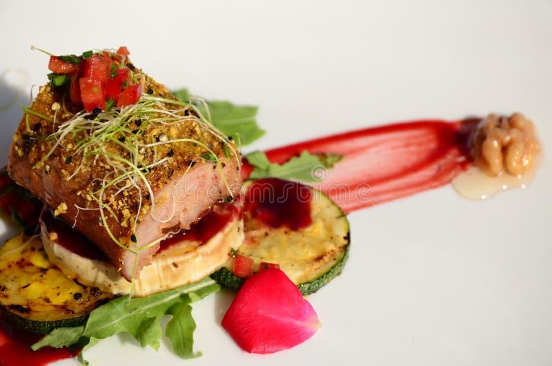 Filetto arrostito della carne di maiale con la crosta del granello di pepe e della noce fotografia stock libera da diritti