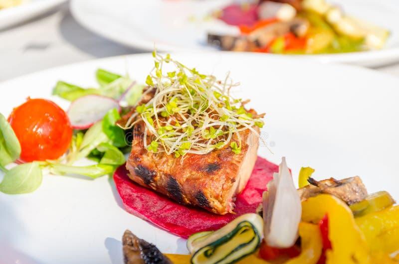 Filetto arrostito della carne di maiale con le verdure su un piatto fotografie stock