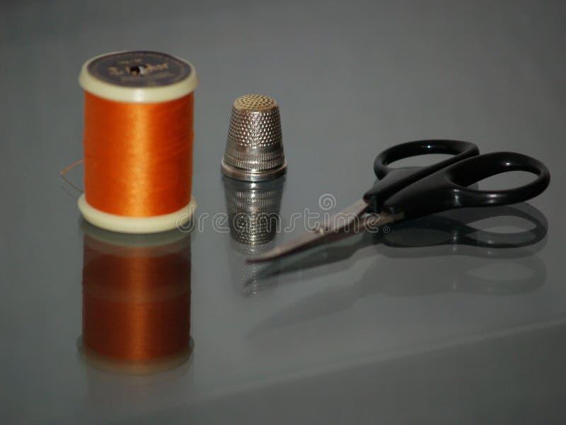Filetto, cilindro porta caratteri e forbici fotografia stock libera da diritti